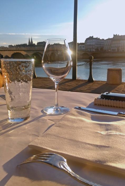 wino i woda pozwalają lepiej cieszyć się każdym posiłkiem